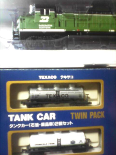 HOゲージ Diesel Road Switcher(ディーゼル機関車)と… Nゲージ TANK CAR(タンク車)です。