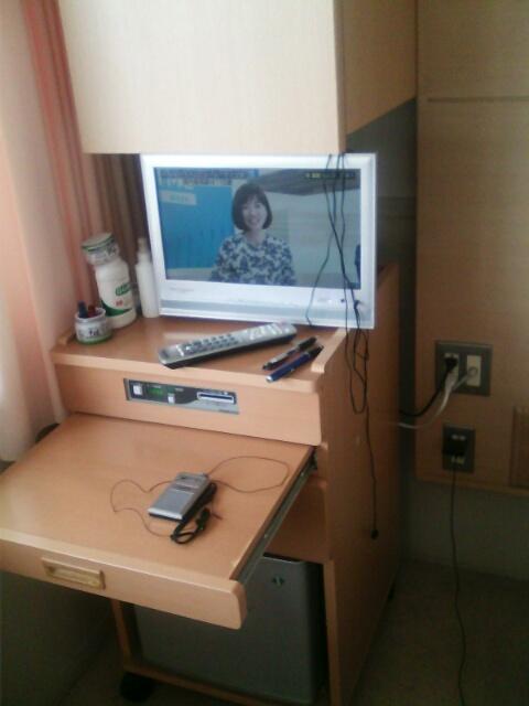 ��(i150)どーも(*^^*)ノ 筆者のベッド横にある唯一の家具 『床頭台(しょうとうだい)』です。