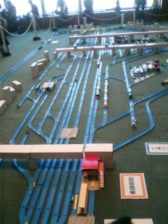 ��(i150)(*^^*)ゞ グランシップの11階の展望会議室で『プラレール』の青いレールで再現された東静岡駅