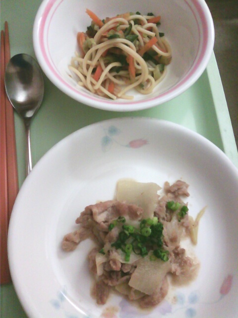 ��(i150)どーも(*^^*)ノ ブログでは二度目の掲載 筆者の病院の夕食の二品(i1072)(i158) ※豚肉味噌炒め&スパサラダ