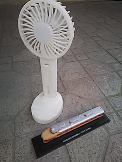 ⭐️\_(※^^※)ゞ ドコでも涼しい風を貴方に… 🔋乾電池式ハンディーファン😆